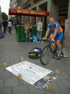 Jens Singer beim Radln auf dem Münchner Marienplatz