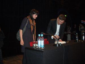 Der Autor Jan Wallentin signiert seine Bücher