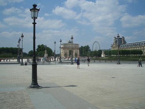 In Paris gibt es viele weltbekannte Sehenswürdigkeiten: hier der Triumpfbogen