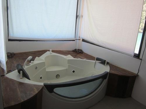 Nur die Hotels und Resorts mit sauberen sanitären Anlagen werden in meinem Hotel-Projekt gefeatured - hier zu sehen: Jacuzzi im Club Tara, Bucas Grande.